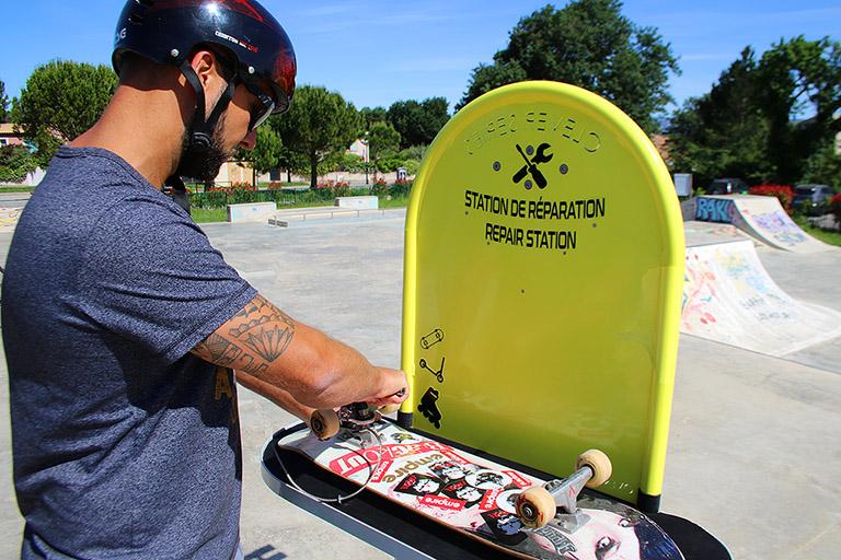 Borne de réparation vélo, mobilité urbaine et sports de glisse