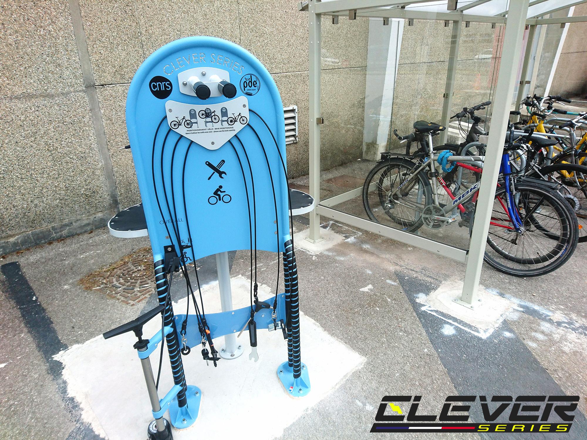 Station de réparation en libre-service pour les vélos et les matériels de glisse urbaine pour le CNRS de Grenoble.