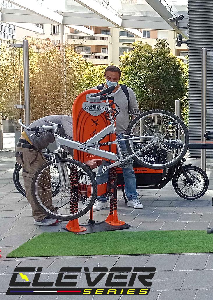 Mai à vélo Paris la Défense, la borne de réparation CLEVER IFIX a assurée les dépannages..